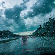 SAVJETNIK: KIŠOM NATOPLJEN KOLNIK SKRIVA podmukle zamke, doznajte kako najsigurnije voziti na mokroj cesti!