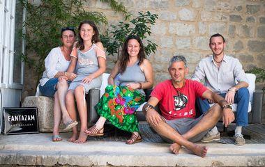 Stari Grad, 210618. Umjetnik Zoran Tadic u svome ateljeu izradjuje umjetnine. Na fotografiji: Zoran i Agnes Badillo sa obitelji. Foto: Ante Cizmic / CROPIX