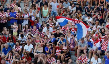 Makarska, 110718. Javno pracenje utakmice Hrvatska-Engleska na Kacicevom trgu u Makarskoj. Na fotografiji : Navijaci u Makarskoj. Foto: Ivo Ravlic / CROPIX