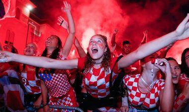 Pula, 110718. Na pulskom trgu Forum mnostvo gradjana prati polufinalnu utakmicu Hrvatska - Engleska. Kisa je prestala a i Hrvatska je zabila gol tako da je raspolozenje na vrhuncu. Na fotografiji: slavlje pri 1:1. Foto: Goran Sebelic / CROPIX
