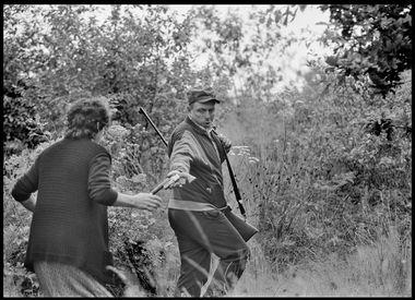 GLINA-1991-Muz sa suprugom bjezi iz Gline kroz sumu i naotuzava supugu pistolj ako skucajno nalete na srpske pobunjenike u sumi. Snimio:Matko bILJAK