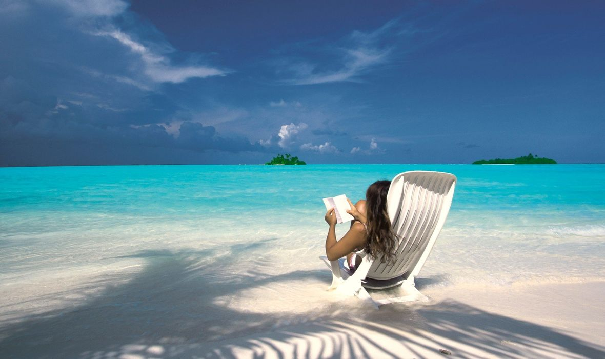 maldivi knjiga čitanje plaža