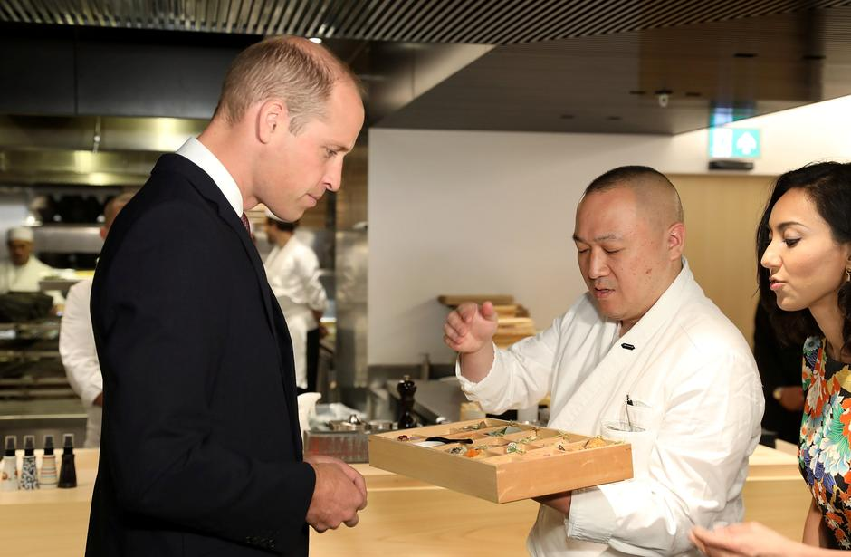 Britain's Prince William is presented his signature bento box by Executive Chef Akira Shimizu during the official opening of Japan House in London | Autor: pool/REUTERS/PIXSELL/REUTERS/PIXSELL