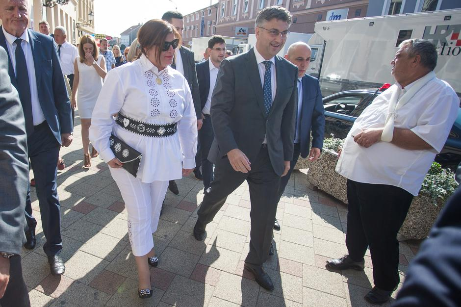Andrej Plenković i Gabrijela Žalac na sveÄanom mimohodu VinkovaÄkih jeseni | Autor: Davor Javorovic/PIXSELL