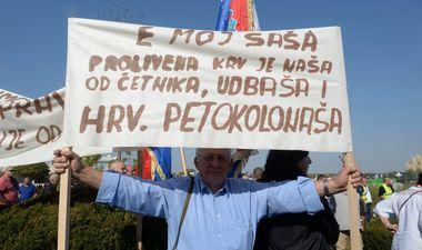 Vukovar, 131018. Atmosfera u Vukovaru za vrijeme prosvjeda zbog neprocesuiranja ratnih zlocina u Domovinskom ratu. Foto: Goran Mehkek / CROPIX