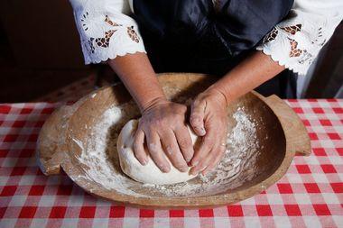 Vrbovec, 260918. Postupak izrade Vrbovecke Pere, tradicionalnog kolaca koji ce uskoro dobiti Unescovu potvrdu kao zasticeno dobro. Na fotografiji: izrada kolaca. Foto: Marko Todorov / CROPIX