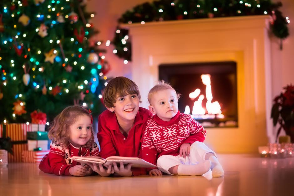 Kids playing at fireplace on Christmas eve | Autor: Family Veldman