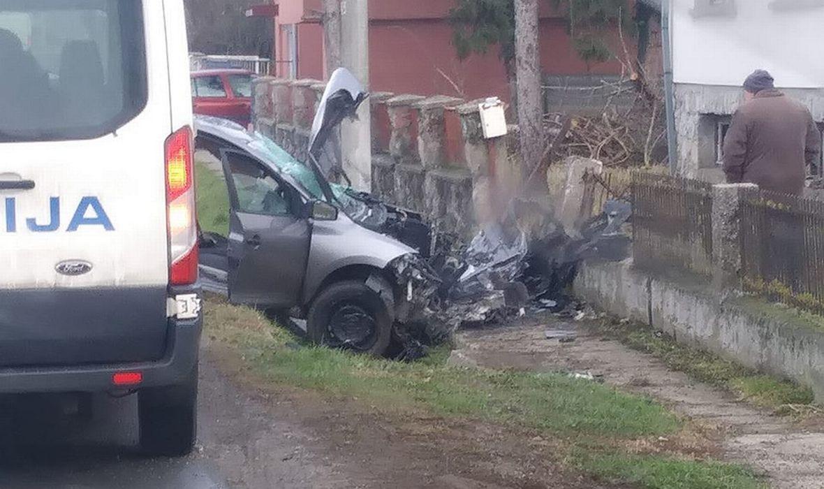 STRAVIČNA NESREĆA U BJELOVARU: MLADIĆ POGINUO, DVOJE PUTNIKA TEŠKO OZLIJEĐENO, BORE IM SE ZA ŽIVOTE Meganeom izletjeli s ceste pa se zabili u stup