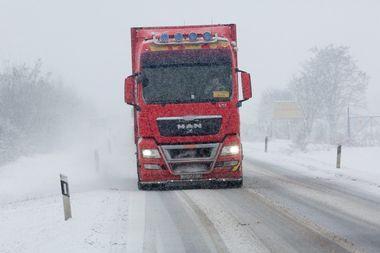 Osijek, 220119. U Osijeku i Slavoniji od nocas pada snijeg koji se zadrzava na tlu. Na fotografiji: vozila u prometu. Foto: Vlado Kos / CROPIX