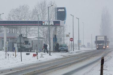 Osijek, 220119. U Osijeku i Slavoniji od nocas pada snijeg koji se zadrzava na tlu. Na fotografiji: benzinska stanica INA-e i vozila u prometu. Foto: Vlado Kos / CROPIX