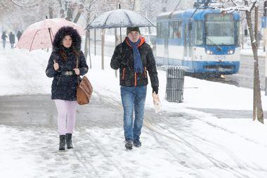 Osijek, 220119. U Osijeku i Slavoniji od nocas pada snijeg koji se zadrzava na tlu. Na fotografiji: prolaznici u gradu. Foto: Vlado Kos / CROPIX