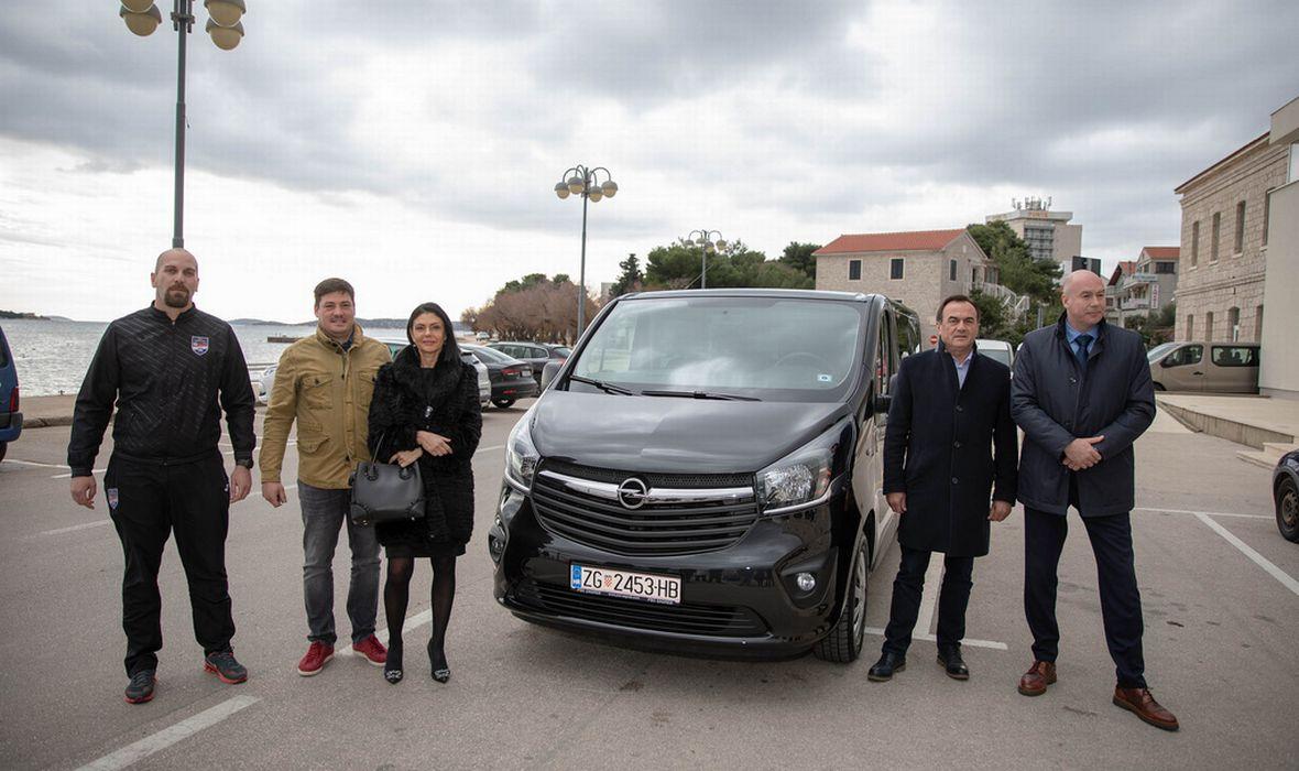 SOLIDARNOST I ZAJEDNIŠTVO NA DJELU Na vodičkoj rivi Herojima uručeno novo kombi vozilo, prvo im je spaljeno u Zagrebu