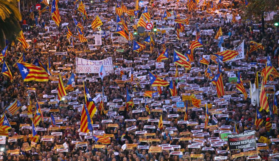 Protesters hold banners during a demonstration called by pro-independence associations asking for the release of jailed Catalan activists and leaders, in Barcelona | Autor: ALBERT GEA