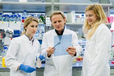 Frankfurt, 130219. Institut za biokemiju II. Na fotografiji: Ines Tomaskovic, Ivan Djikic, Andrea Gubas. Foto: Tomislav Kristo / CROPIX