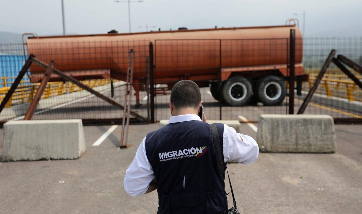 MADURO POSTAVIO BARIKADE NA AUTOCESTAMA Blokirao američke kamione koji žele uvesti humanitarnu pomoć: 'Mi nismo prosjaci'