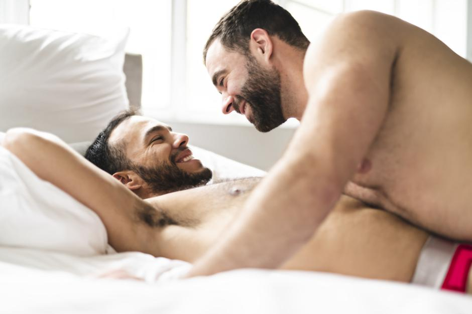 A Handsome gay men couple on bed together   Autor: Dreamstime