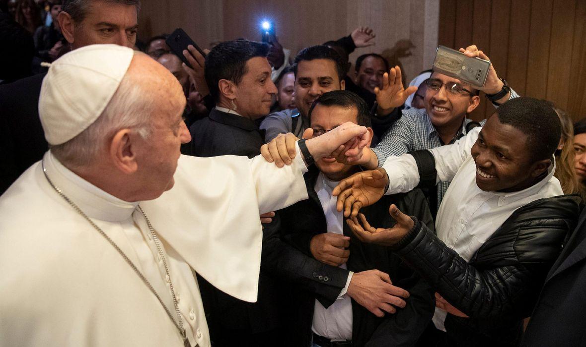 'NE, NE MOŽE, NEMOJTE!' Papa Franjo vjernike ostavio u nevjerici: Jedan po jedan mu prilazio, a on ih sve redom odbijao, snimka šokirala konzervativce