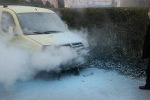 Automobil planuo na parkingu: Vlasnik sam počeo gasiti požar