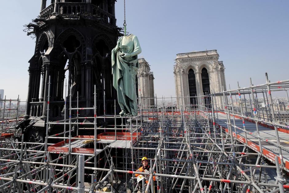 FILE PHOTO: A statue of Saint John is removed from the spire of Notre Dame cathedral by a crane before restoration work, in Paris | Autor: Philippe Wojazer/REUTERS/PIXSELL/REUTERS/PIXSELL