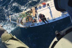 DRAMATIČNI PRIZORI JEDNE OD NAJTEŽIH AKCIJA HGSS-a Ribar kod otoka Jabuke doživio infarkt, jedva ga podigli u helikopter koji je stalno otpuhivao brod