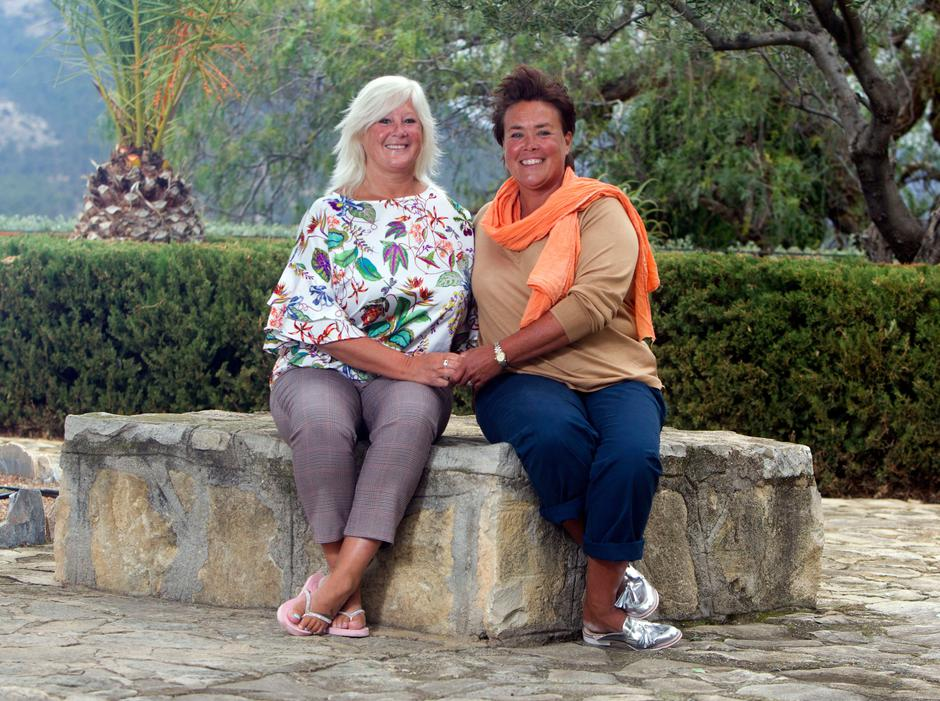 British Grandmother Sandra Newton sat drinking with her partner Pete, her heart skipped a beat in a way she had never expected – when another woman walked into the bar   Autor: APS