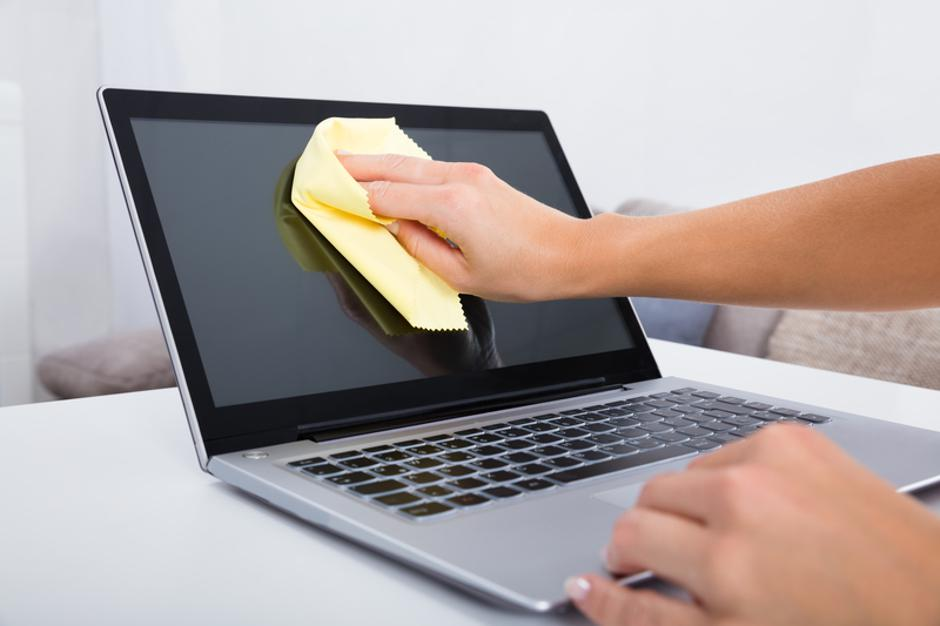 Woman Hand Cleaning Laptop Screen | Autor: Dreamstime