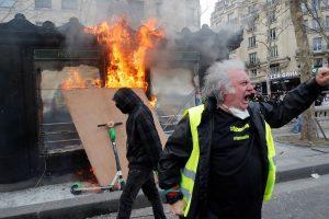 NOVI SUKOBI NA PROSVJEDU 'ŽUTIH PRSLUKA' Prosvjednici palili kontejnere sa smećem i napadali policajce, ovi uzvratili suzavcima