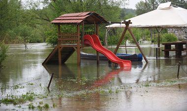 Duga Resa, 150519.Nocas oko ponoci vodostaj karlovackih rijeka je poceo stagnirati tako da je prosla opasnost od vecih poplava. Rijeka Mreznica je zabiljezila rekordno visoki vodostaj.Na fotografiji: Visok vodostaj rijeke Mreznice.Foto: Robert Fajt / CROPIX