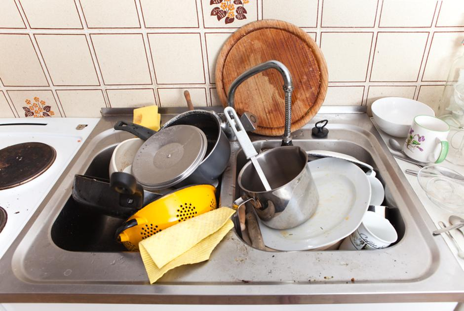 domestic kitchen with dirty crockery and cutlery in messy sink | Autor: Dreamstime