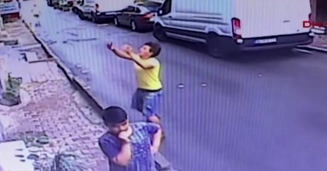 Djevojčica je pala kroz prozor, uhvatio ju i spasio tinejdžer