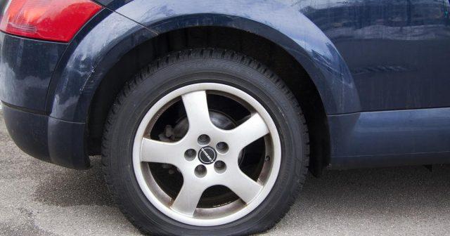 Ljutio se na tatu pa je bušio gume automobilima na Braču