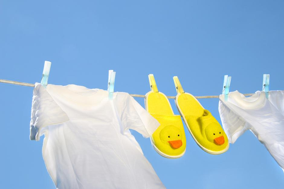 White t-shirts and slippers on the clothesline   Autor: Sandra Cunningham