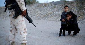 POTRESNA FOTOGRAFIJA S GRANICE OBIŠLA SVIJET 'Molim vas, pustite me, samo želim bolji život za sina'