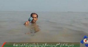 Pakistanski 'Edi Škovrlj': Voda mu do grla dok javlja o poplavi