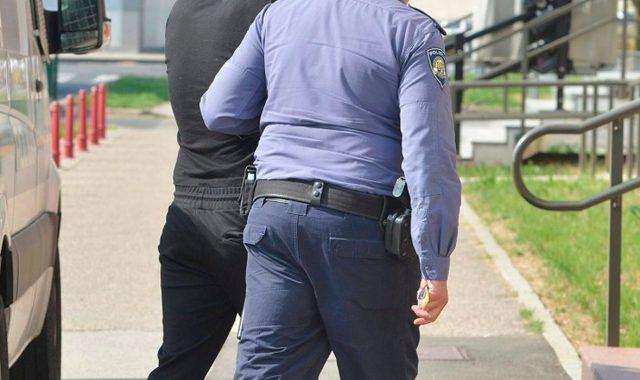 POLICIJA UHITILA DVOJICU HULIGANA KOJI SU U PULI PRETUKLI 77-GODIŠNJAKA Za trećim napadačem još uvijek se traga