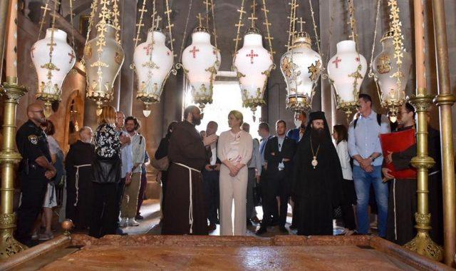 PREDSJEDNICA REPUBLIKE U IZRAELU Grabar-Kitarović uručila povelju jeruzalemskim franjevcima koji sedam stoljeća čuvaju Kristov grob