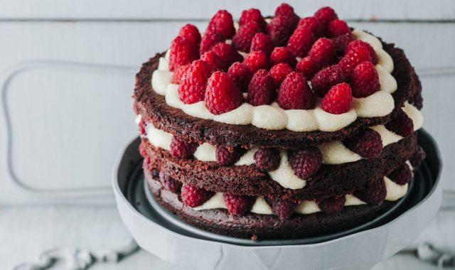 (SLATKI VIKEND PROJEKT) PETAK I SLUŽBENO MOŽE POČETI: Radimo ovu neodoljivu čokoladnu tortu s malinama!