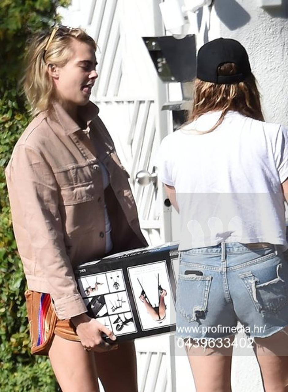 *PREMIUM EXCLUSIVE NO WEB UNTIL 1800 BST 30TH MAY* Cara Delevingne and Ashley Benson buy a sexual bondage bed restraint while shopping together in Hollywood | Autor: Profimedia