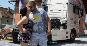 Punim gasom u brak: Dragu odveo u kamionu pred oltar