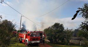 Planula je kuća kod Osijeka: Gašenje požara je u tijeku