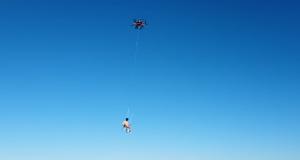 Golemi dron ga je dignuo iznad vode, pecao je i pijuckao pivo