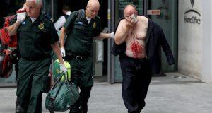 Ispred ministarstva u Londonu nožem je izrezao lice muškarcu
