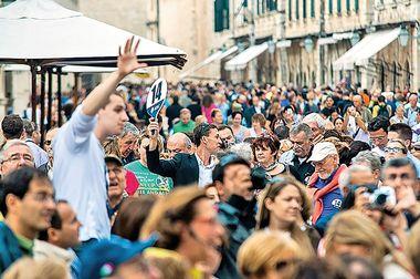 Dubrovnik, 261012. Guzva turista na Stradunu i tek pokoji domaci svjedoce o velikoj kolicini kruzera koji jos uvijek posjecuju nase obale ali i o Bajramu koji ce kroz ovaj tjedan dovesti oko 3000 gostiju iz Turske. Na fotografiji: grupe turista sa vodicima sa kruzera. Foto: Tonci Plazibat / CROPIX