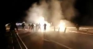 VIDEO: ŠOKANTNE SNIMKE DIVLJANJA NA AUTOCESTI U SRBIJI Huligani s fantomkama usred noći palicama razbijali sve oko sebe, ozlijeđeno nekoliko osoba