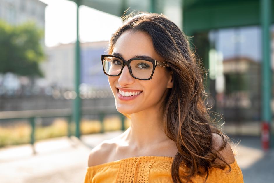 Smiling woman wearing eyeglasses outdoor | Autor: francescoridolfi.com