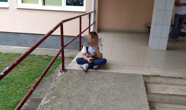 NIJEDNO DIJETE NE ZASLUŽUJE IMATI OVAKAV PRVI DAN ŠKOLE 'Moj sin s posebnim potrebama sjedi ispred škole i čeka pomoćnika u nastavi. Pomoćnika nema'