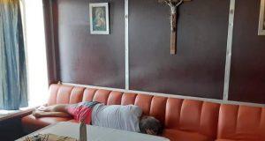 Odrijemao pred oltarom jer mu je zasmetala buka na trajektu
