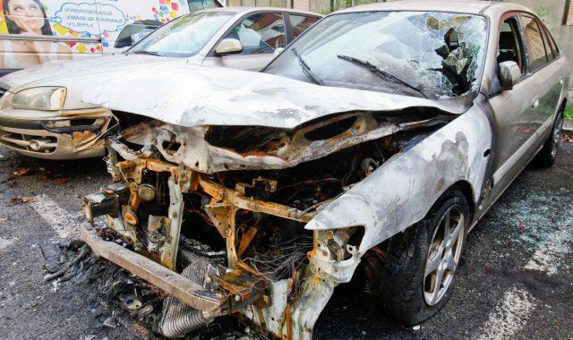 FOTO: U ZAGREBAČKOJ DUBRAVI POD OKRILJEM NOĆI PLANUO AUTOMOBIL Zapalilo se vozilo jednog zagrebačkog taksista, požar zahvatio i dva susjedna auta
