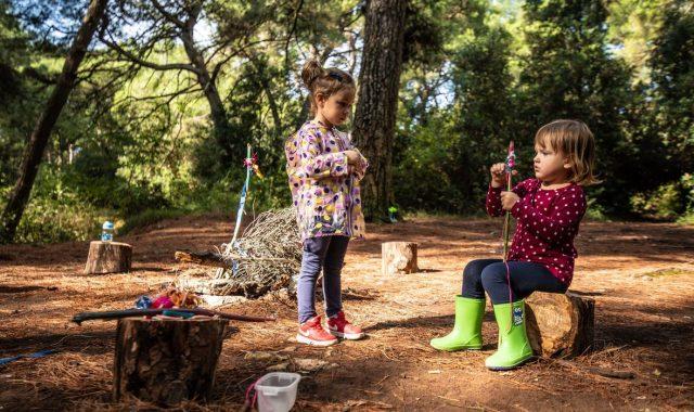 FOTO: Klinci u prvom hrvatskom šumskom vrtiću lutaju prirodom, ne smeta im kiša, a ni blato. Nemaju nijednu plastičnu igračku, nego ih izrađuju sami