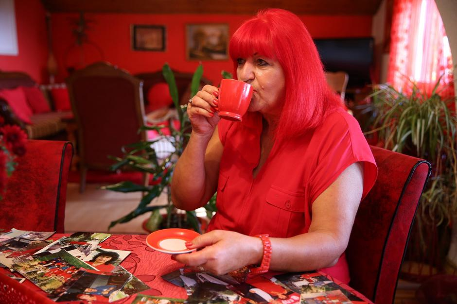 Zorica Rebernik, obsessed with the red color, drinks coffee in her house in the village of Breze near Tuzla | Autor: DADO RUVIC/REUTERS/PIXSELL/REUTERS/PIXSELL